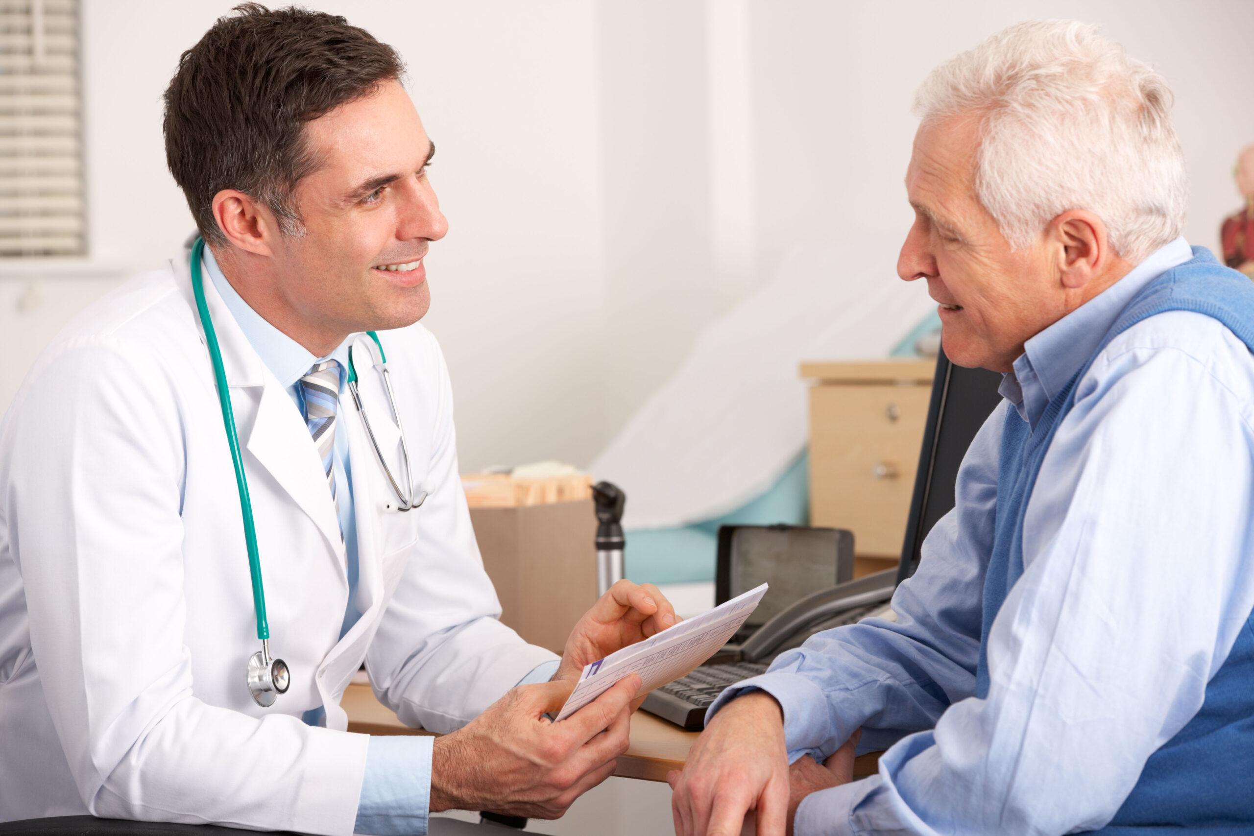 Medico che parla di ortopedia firenze